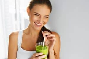 Yeşil Juice içen Kadın