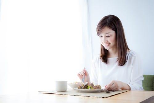 Woman eating breakfast mindful eating