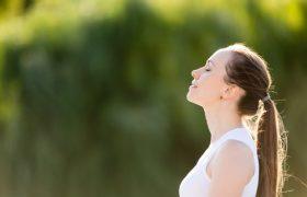 امرأة تتنفس بعمق